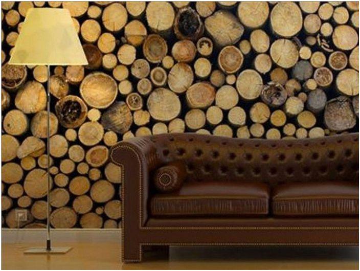 Poważne i surowe wnętrze salonu z niestandardową ścianą ozdobioną drewnem.
