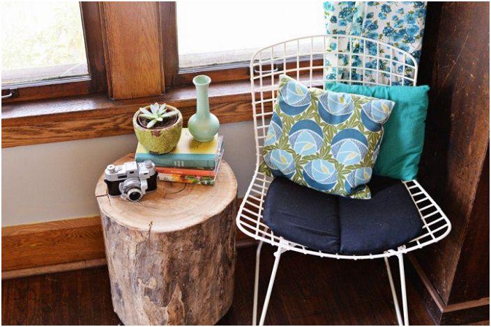 Świetne miejsce do czytania ulubionej książki na wygodnym krześle przy drewnianym stole.