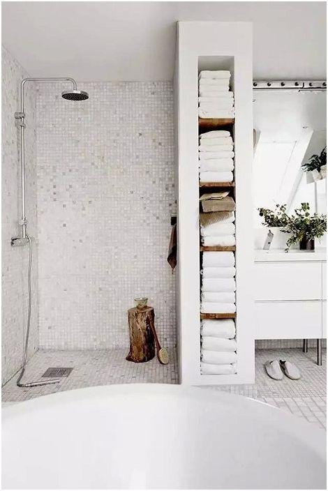 Prosty element wystroju łazienki, wygodny drewniany stojak.