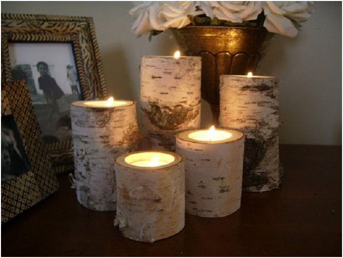 Piękna dekoracja wnętrza pokoju przy pomocy ciekawych drewnianych świeczników.