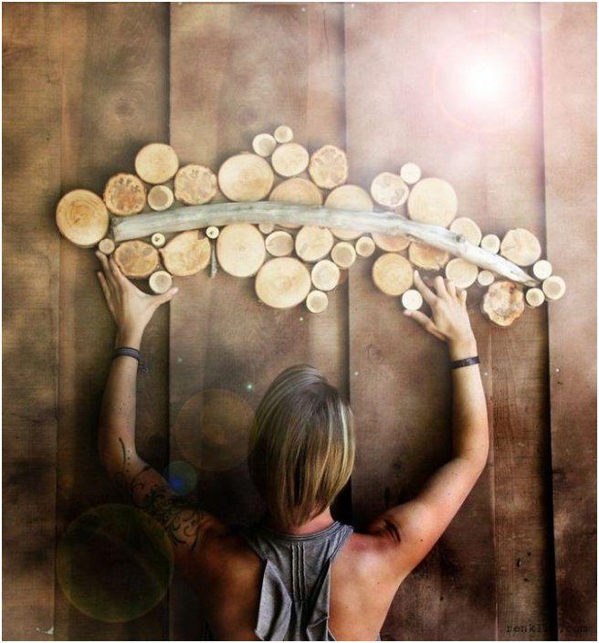 Świetną opcją na udekorowanie nietypowej ściany jest wykonanie na niej drewnianego ornamentu.