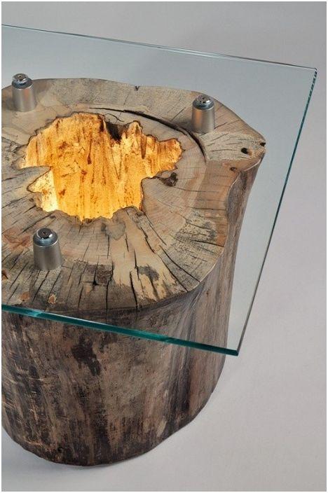 Ciekawy stół ze szklanym blatem i drewnianą podstawą to nowoczesny detal wnętrza.