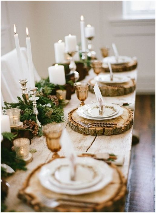 Bardzo jasna i nietuzinkowa dekoracja świątecznego stołu z wykorzystaniem elementów z naturalnego drewna.