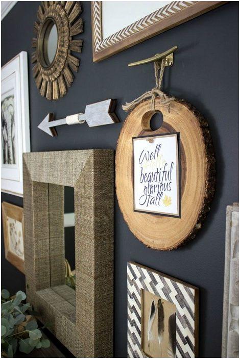 Ciekawa dekoracja ścienna z elementami drewnianymi, która ozdobi każde wnętrze pomieszczenia.