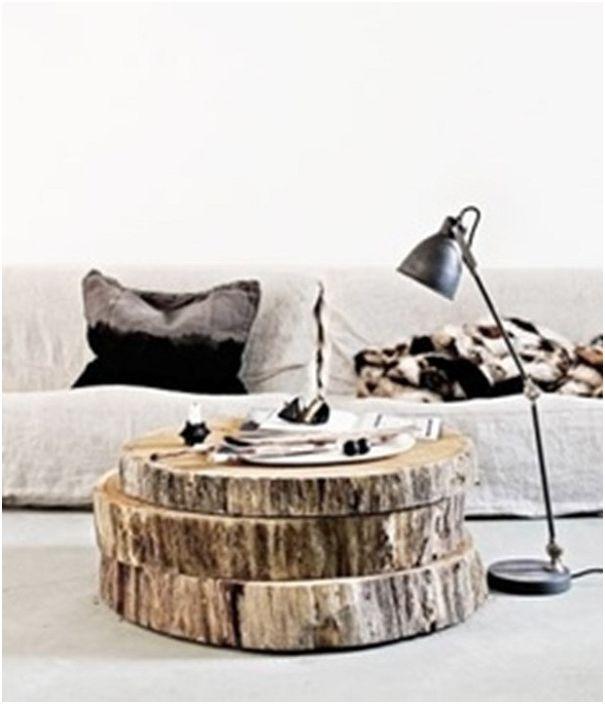 Nowoczesny drewniany stół podzielony na kilka poziomów.