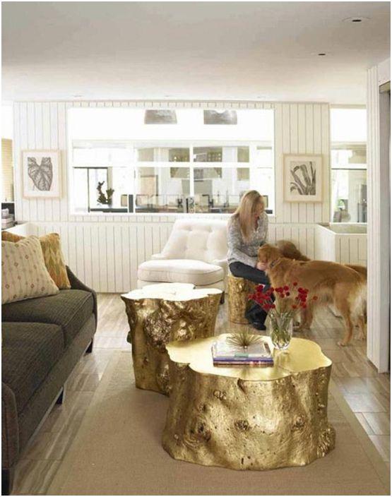 Ciekawe stoły dekoracyjne wykonane z kawałków drewna w kolorze złotym, piękne rozwiązanie do dekoracji pokoju.