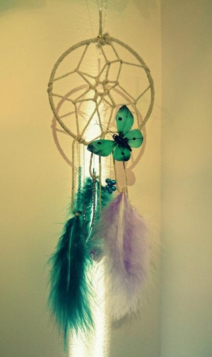 Śliczny zielony łapacz snów stworzy magię w pomieszczeniu, w którym się znajdzie.