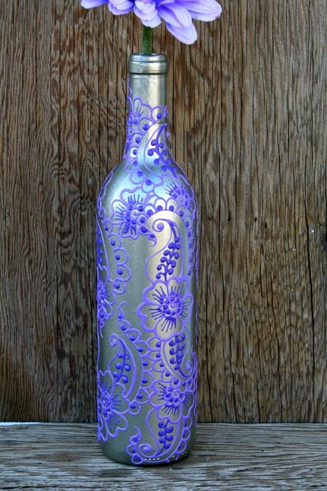 Интересен дизайн на бутилка вино, който ще украси декора на стаята.