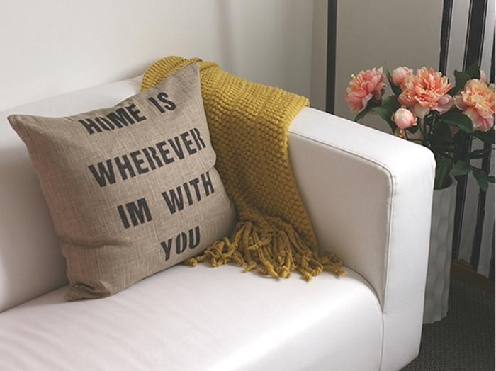 Śliczne napisy na poduszkach zainspirują i stworzą niesamowitą atmosferę w salonie.