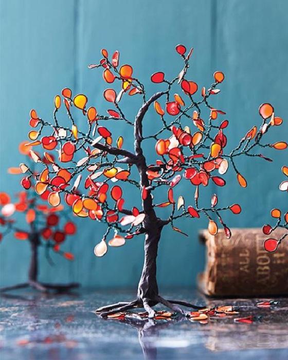Добър пример за декориране на стая с ярко DIY дърво.