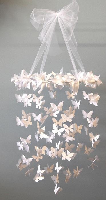 Rój motyli owinął żyrandol, który jest po prostu uroczy i piękny.