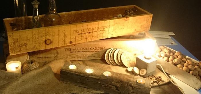 Този ръчно изработен дървен свещник ще украси всяка стая.