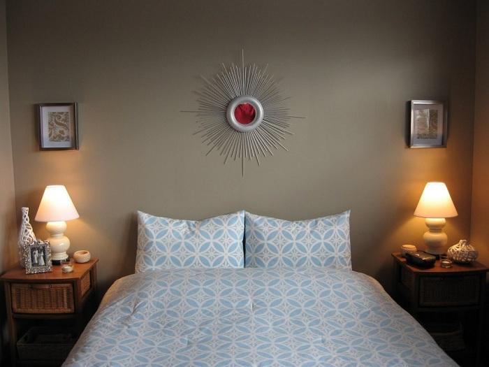 Jasne, wiśniowe lustro w kształcie słońca jest idealne do sypialni lub salonu.