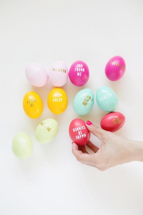 Чудесен начин да изразите себе си е да създавате необичайни и интересни надписи върху яйца.