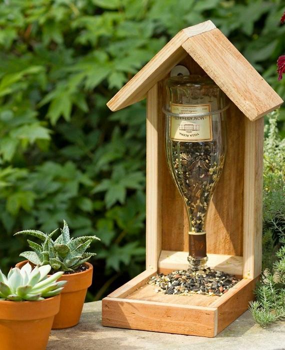 Butelka wina może być świetnym materiałem do tworzenia karmników dla ptaków.