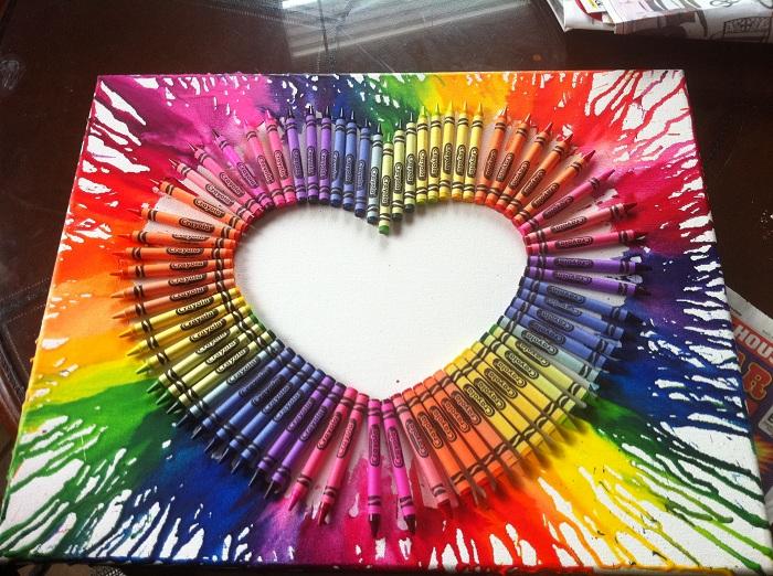 Това ярко платно е създадено с помощта на многоцветни моливи, прекрасна декорация за всяка стая.