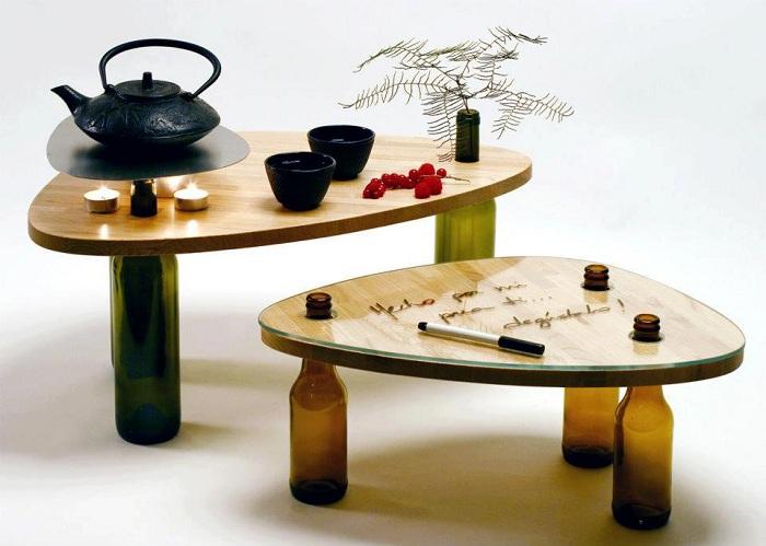 Ładny stolik z nogami wykonanymi z butelek wina to kreatywne rozwiązanie.