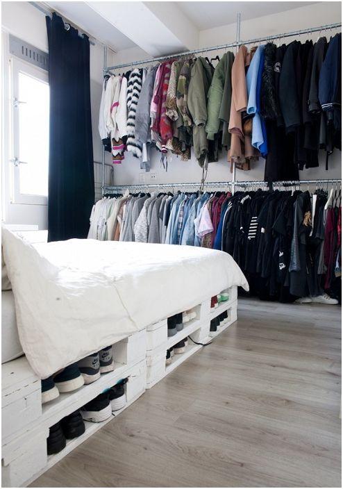Един от страхотните варианти за съхранение на неща, от които се нуждаете под леглото, на палети.