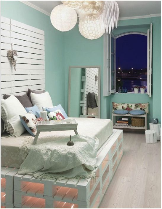Интересно легло на палети с нежен и спокоен фон на стените в стаята.