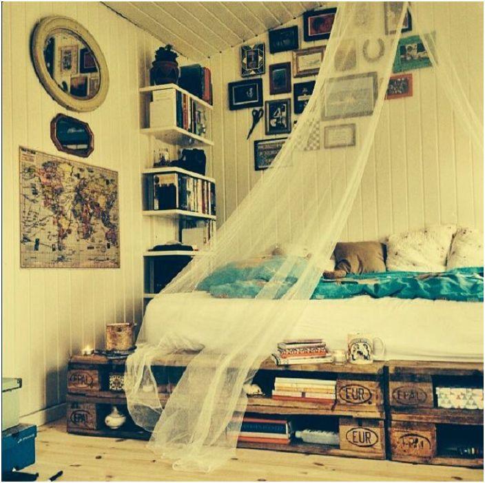 Нестандартна декорация на спалнята с интересно легло, чиито палети се използват под формата на рафтове, което е много удобно.