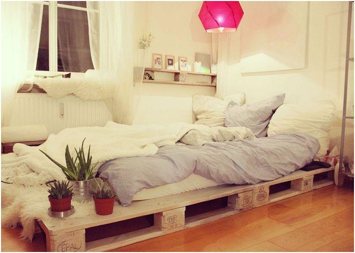 Деликатният и женствен декор в спалните ще помогне да се създаде топла и уютна обстановка.