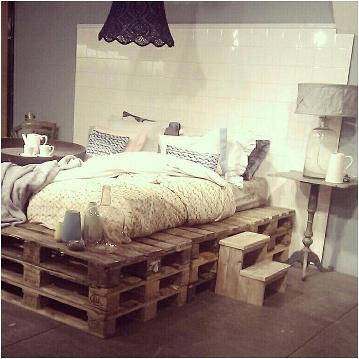 Многостепенно палетно легло с интересен бял табла, което от своя страна създава собствена атмосфера.
