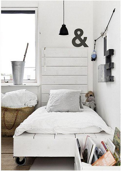 Добър вариант за декориране на легло на палети с колела.