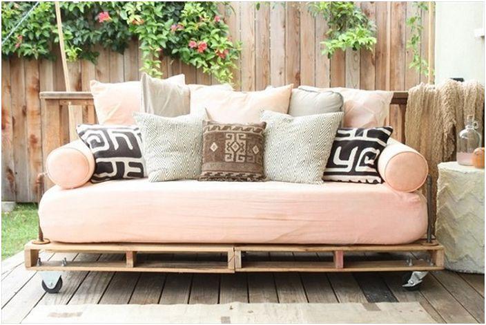 Женствен интериорен дизайн с легло върху палети, което ще създаде уникална атмосфера.