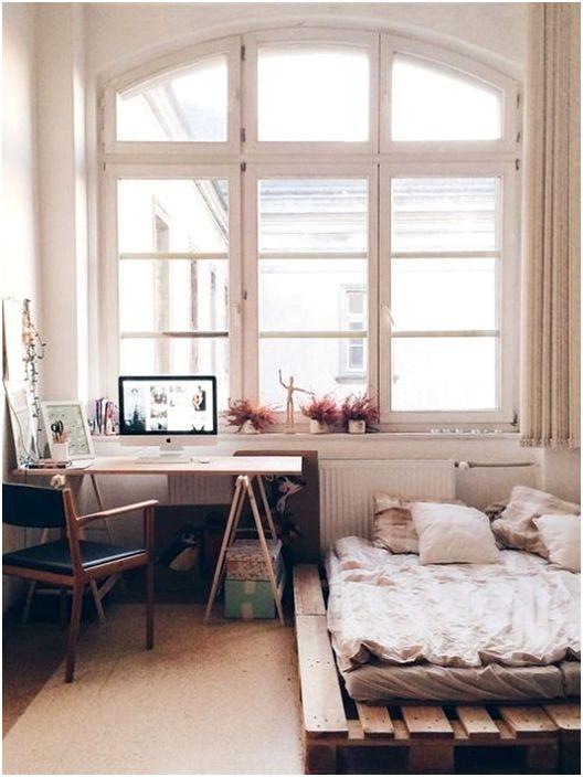Малка удобна спалня с легло на палети, нещо, което ще зарадва окото.