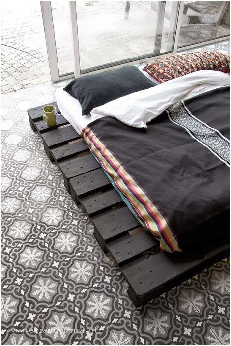 Тъмни контрастни нюанси в дизайна на лека ефирна атмосфера в спалнята.