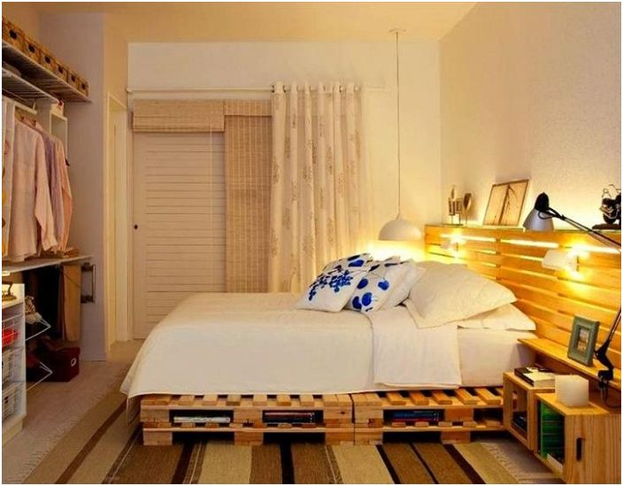 Дървеният табла и самата рамка на леглото излъчват топлина и комфорт.