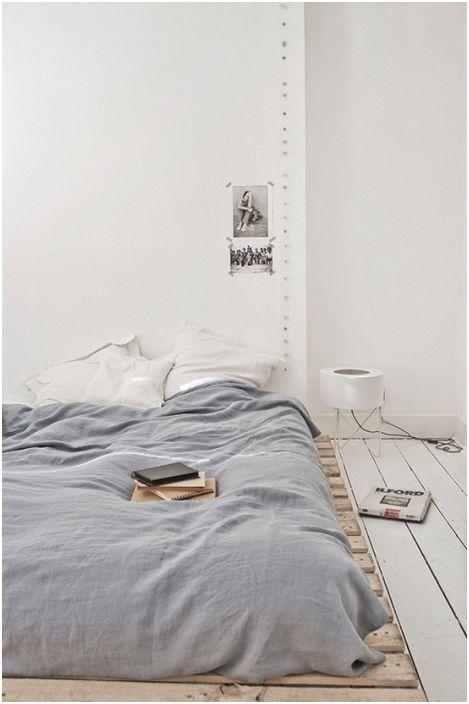 Много ниският палет се използва за създаване на леглото, което осигурява допълнителен комфорт в минимален интериор на спалнята.