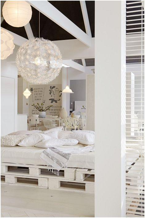 Чудесен вариант за декориране на спалня в бяло с бели палети под формата на легло.