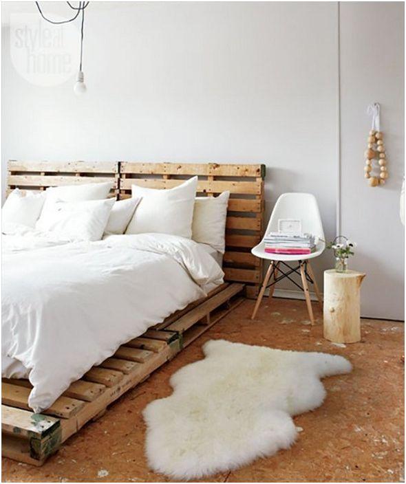 Комбинацията от бяло с дървено докосване в спалнята е това, което създава прекрасна атмосфера.