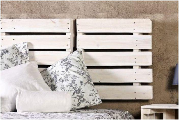 Акцентът на това легло е използването на европалети на главата на леглото.