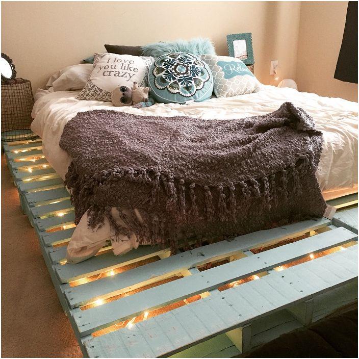 Деликатната пастелна тюркоазена рамка за легло със светлини създава невероятно усещане за комфорт в стаята.