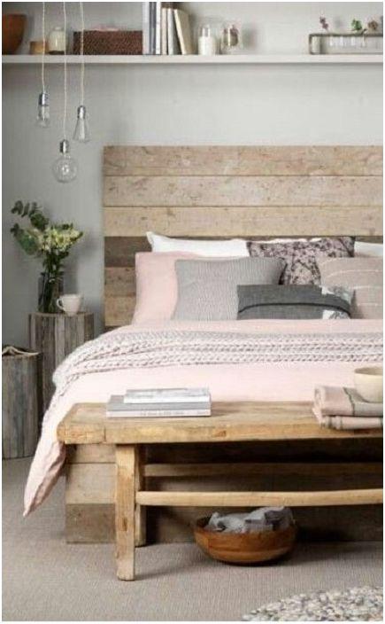 Красивият и деликатен интериор на спалнята е създаден с помощта на деликатни цветове, които се използват в декора и палетите.
