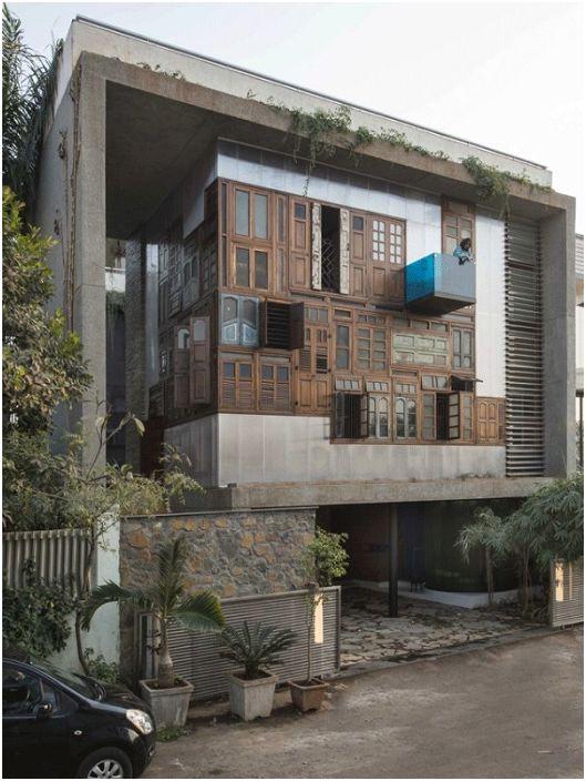 Dom zamknięty w betonowej skrzyni.