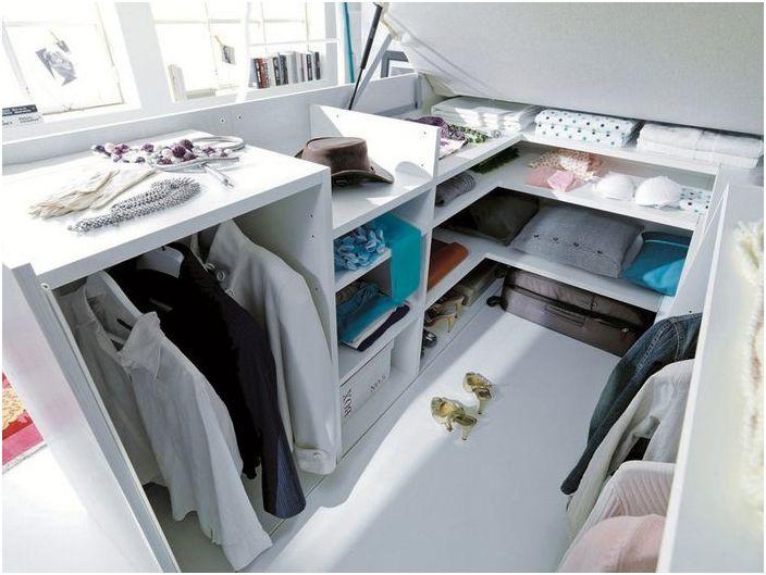 Stylowa szafa w łóżku