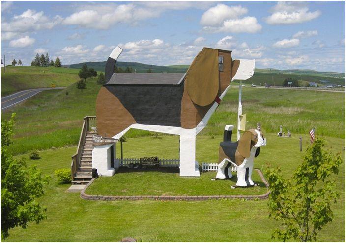 Dog Bark Park Inn е крайпътен хотел с формата на куче.