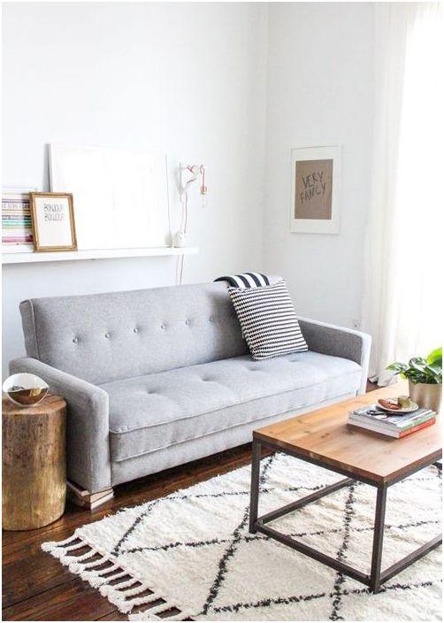 Toimiva ja lakoninen sohva pienessä olohuoneessa