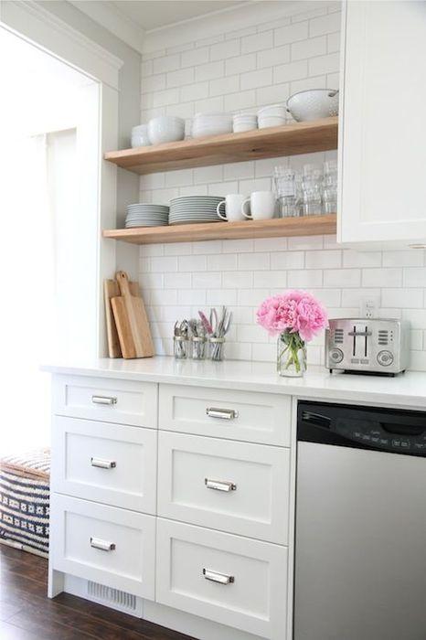 Valkoinen väri keittiön sisustuksessa