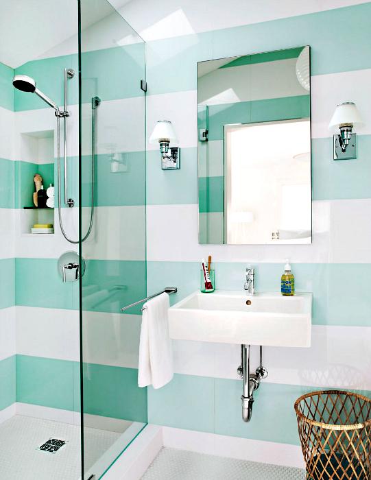 Широки ивици по стените на банята.