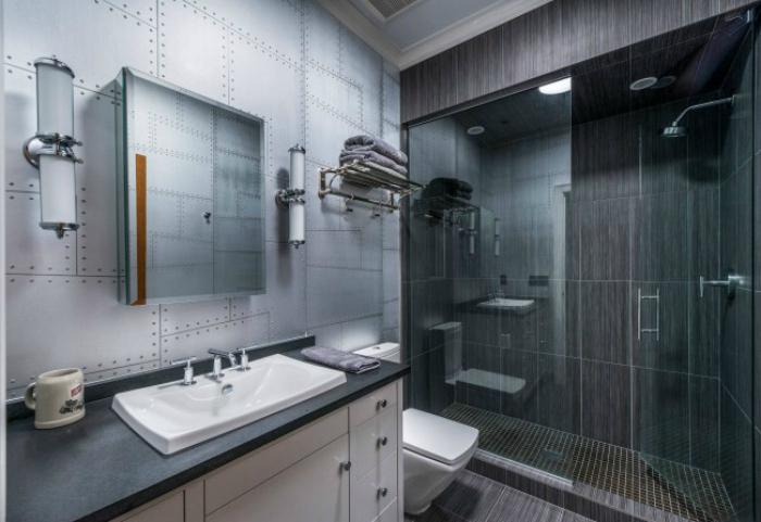 Просторна високотехнологична баня.