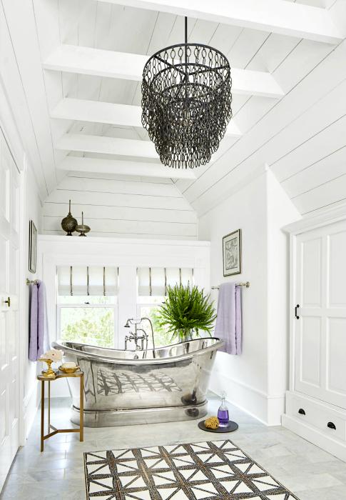 Ванная комната с оригинальными металлическими аксессуарами.