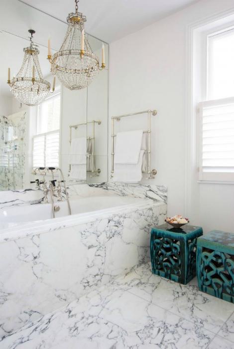 Ванная комната с мраморной отделкой.