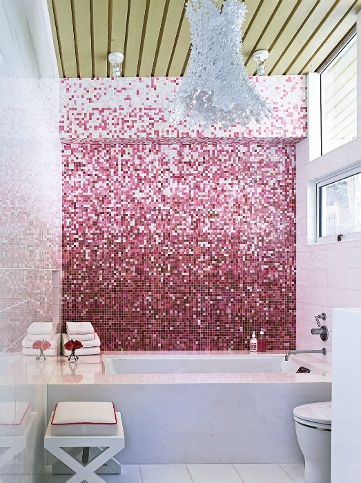Ванная комната, украшенная градиентной мозаикой.