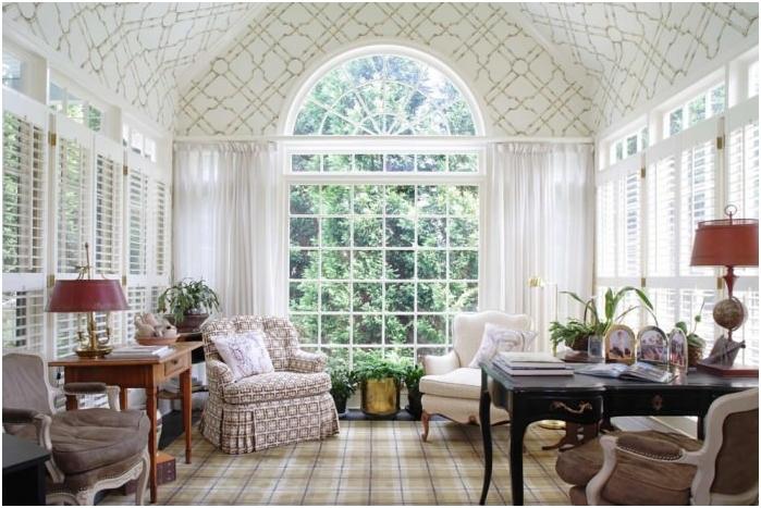 wnętrze z łukowym oknem