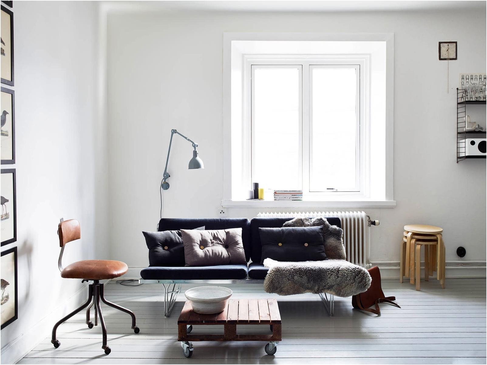 pokój z białymi ścianami