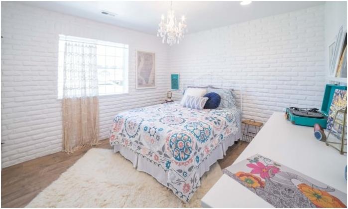 fehér téglafal a hálószobában